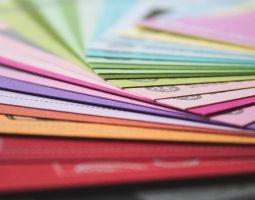 Papierlacke (aufgefächerte Papierbögen, verschieden gefärbt)